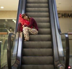 Vrouw slaapt op de trap