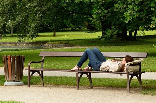 Slapen op een bankje in het park