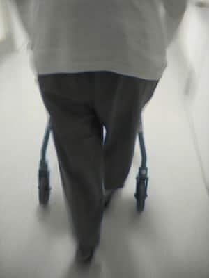 Vrouw achter rollator met Alzheimer