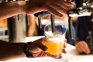 Droge mond door bier drinken