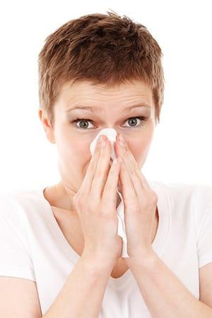 Vrouw met verstopte neus