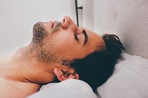 Slapende man in REM-slaap