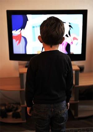 Kind staat voor de tv