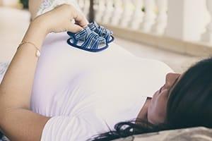 Zwangere vrouw in bed