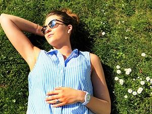Jonge vrouw ligt in het gras