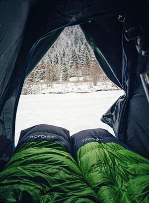 Slaapzakken in een tent