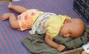 Baby slaapt op vakantie