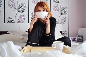 Vrouw in bed met warme melk