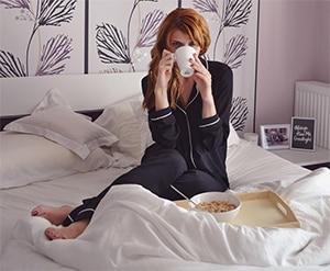 Groene koffie drinken in bed
