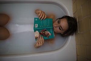 Vrouw in bad aan het lezen