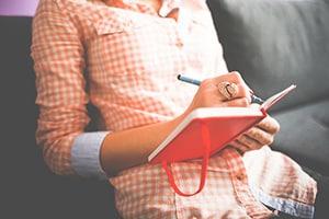 Vrouw schrijft in haar dagboek