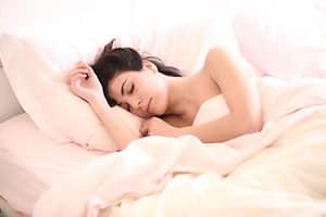 Vrouw slaapt op haar zij