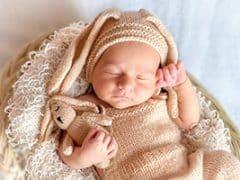 Baby slaapt in de wieg
