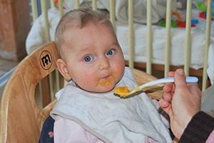 Baby met vast eten zal beter slapen