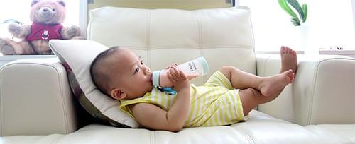 Baby drinkt fles melk