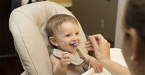 Baby's die eerder vaste voeding krijgen slapen beter!