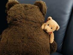 Hebben volwassenen die nog slapen met een knuffel een probleem?