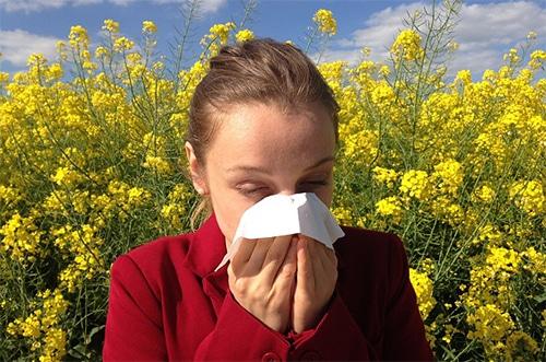 Meisje met hooikoorts allergie