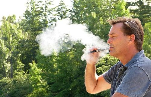 Man rookt een e-sigaret
