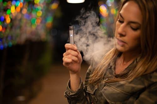 Vrouw rookt een e-sigaret