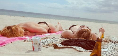 Meisjes slapen op het strand