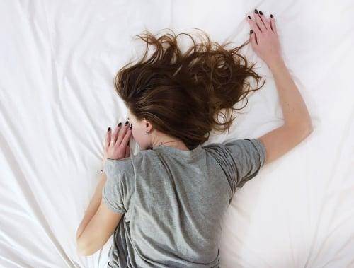 Meisje slaapt in een katoen shirt