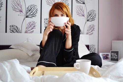 Vrouw in zijden pyjama